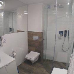 Mała łazienka, biała, niebieski, dąb.